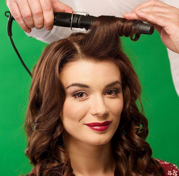 伸ばしかけの前髪をアレンジするにはピンで止めるか巻くか