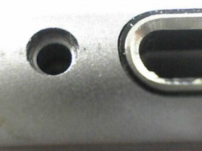 iPhone のネジ穴