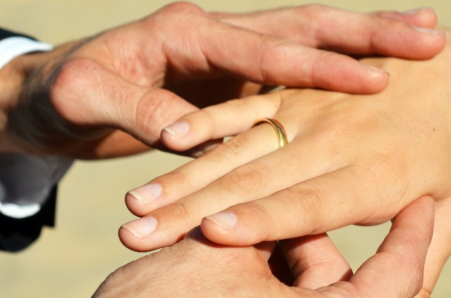 指輪を薬指にはめる意味はなんですか?
